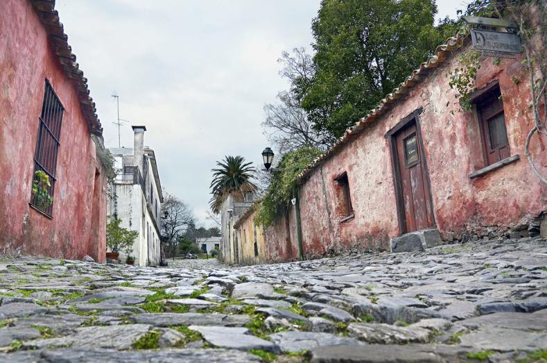 مدينة أوروغوانية جميلة مليئة بالمباني الاستعمارية القديمة-602151