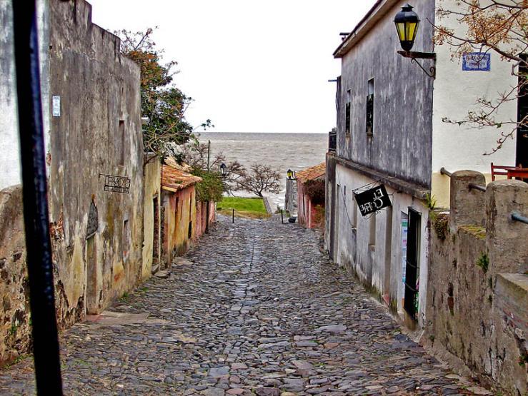 مدينة أوروغوانية جميلة مليئة بالمباني الاستعمارية القديمة-602153