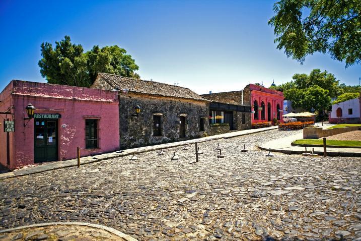 مدينة أوروغوانية جميلة مليئة بالمباني الاستعمارية القديمة-602155