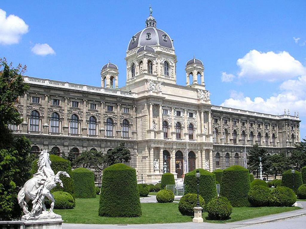 NaturhistorischesMuseum-Viennaexterio.jpg
