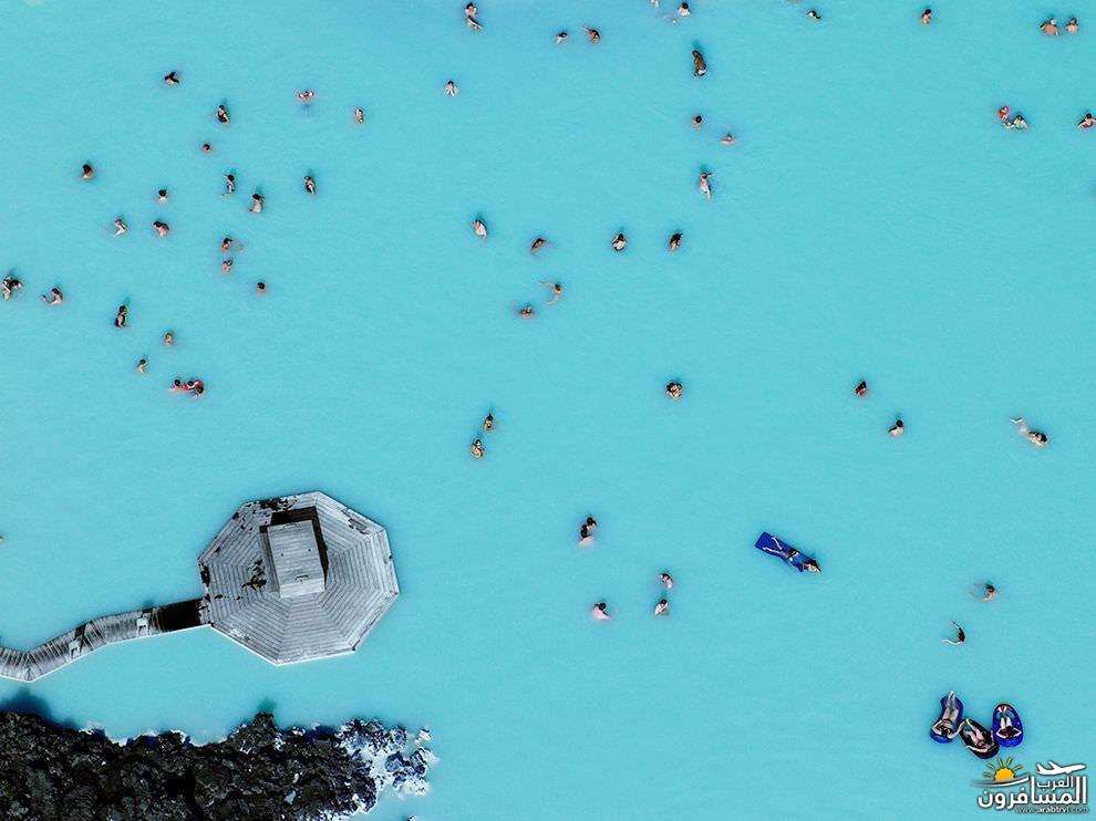 فتاة تسبح إلى الأعلى في المياه البلورية 687747 المسافرون العرب