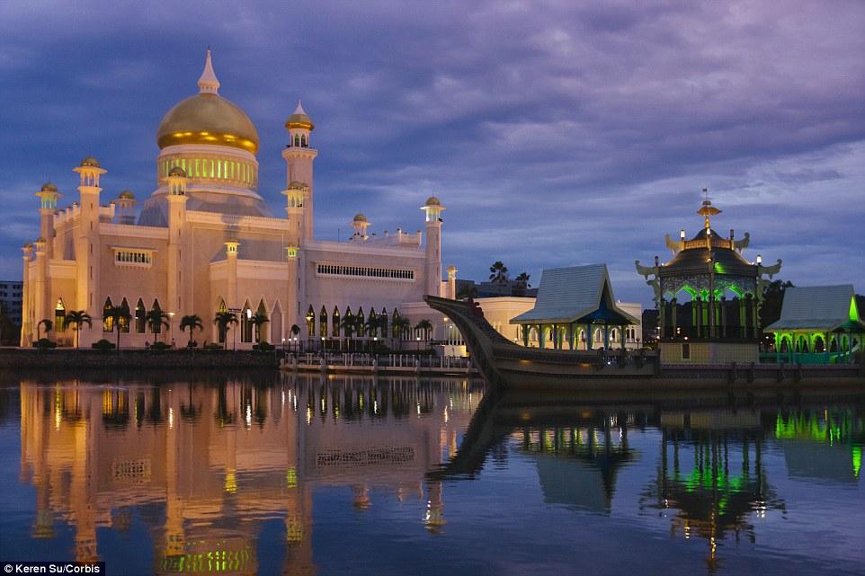 55233-Built_from_1954_to_1958_Masjid_Omar_Ali_Saifuddien_in_Brunei_is_-a-52_1443712607925_327777.jpg