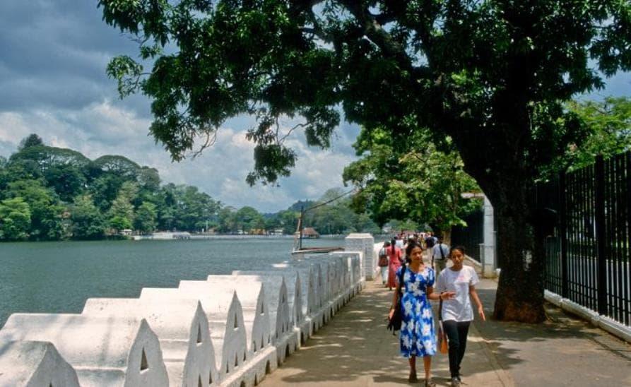 Kandy-Lake-3-min.jpg