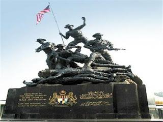 صورالتمثال الوطني في حدائق بردانا بالعاصمة الماليزية كوالالمبور