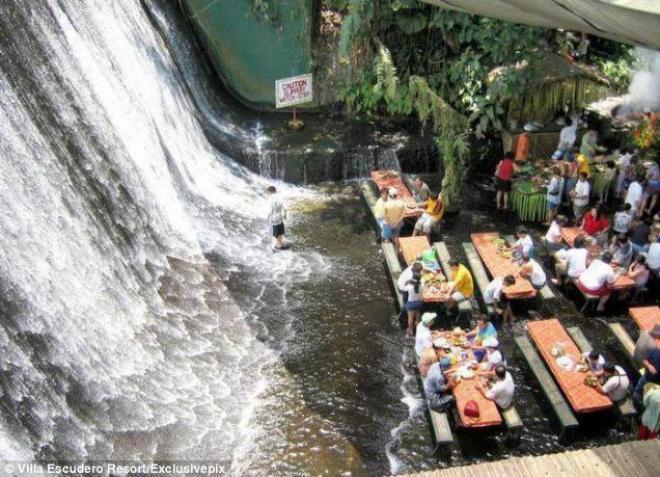 في هذا المطعم تناول وجبات فلبينية شهية بينما يمر الماء المنعش بين قدميك وأنت تسمع هدي