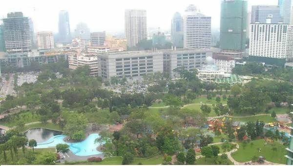صور من حديقة البرجين التؤام في مدينة كوالالمبور