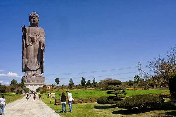 صورة تمثال Ushiku Daibutsu ( مدينة يوشيكو في اليابان )