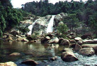 جمال السياحة في شلالات بيركلا في ماليزيا