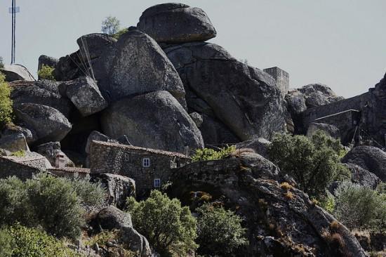 تحفة البرتغال قرية مونسانتو الساحرة