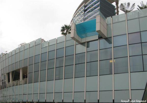 صور المسبح الشفاف المعلق بدبي
