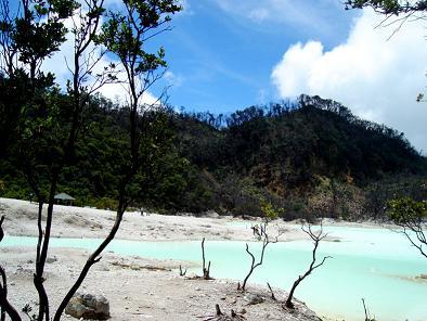 زيارة الى البحيرة البيضاء الحارة Kawah Putih Ciwidey ( المعالم السياحيه فى اندونيسيا