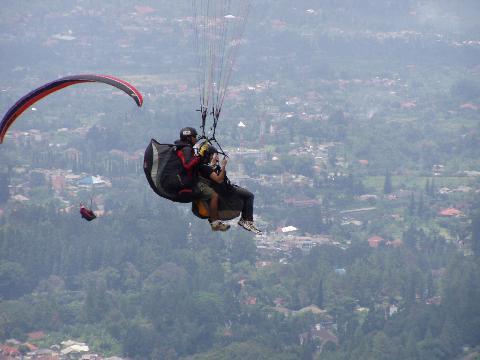 البراشوت في قمة الجبل ( سياحة اندونيسيا )