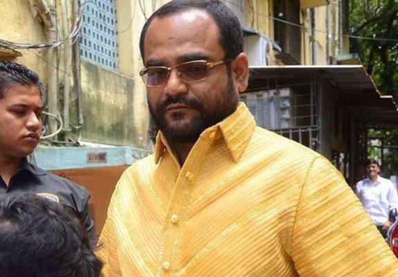 بالفيديو .. تاجر قماش هندى يشترى قميص من الذهب الخالص ب212 الف دولار