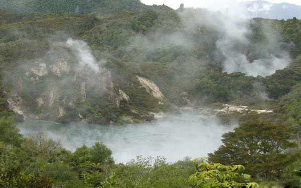 بحيرة المقلاة (في بلدة روتوروا بنيوزلندا) صور