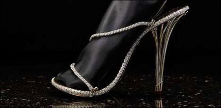 أغلى حذاء نسائي في العالم مرصّع ب2200 الماسة !!